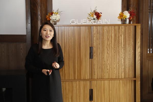 法国娇兰培训师为嘉宾分享御廷兰花系列品牌故事