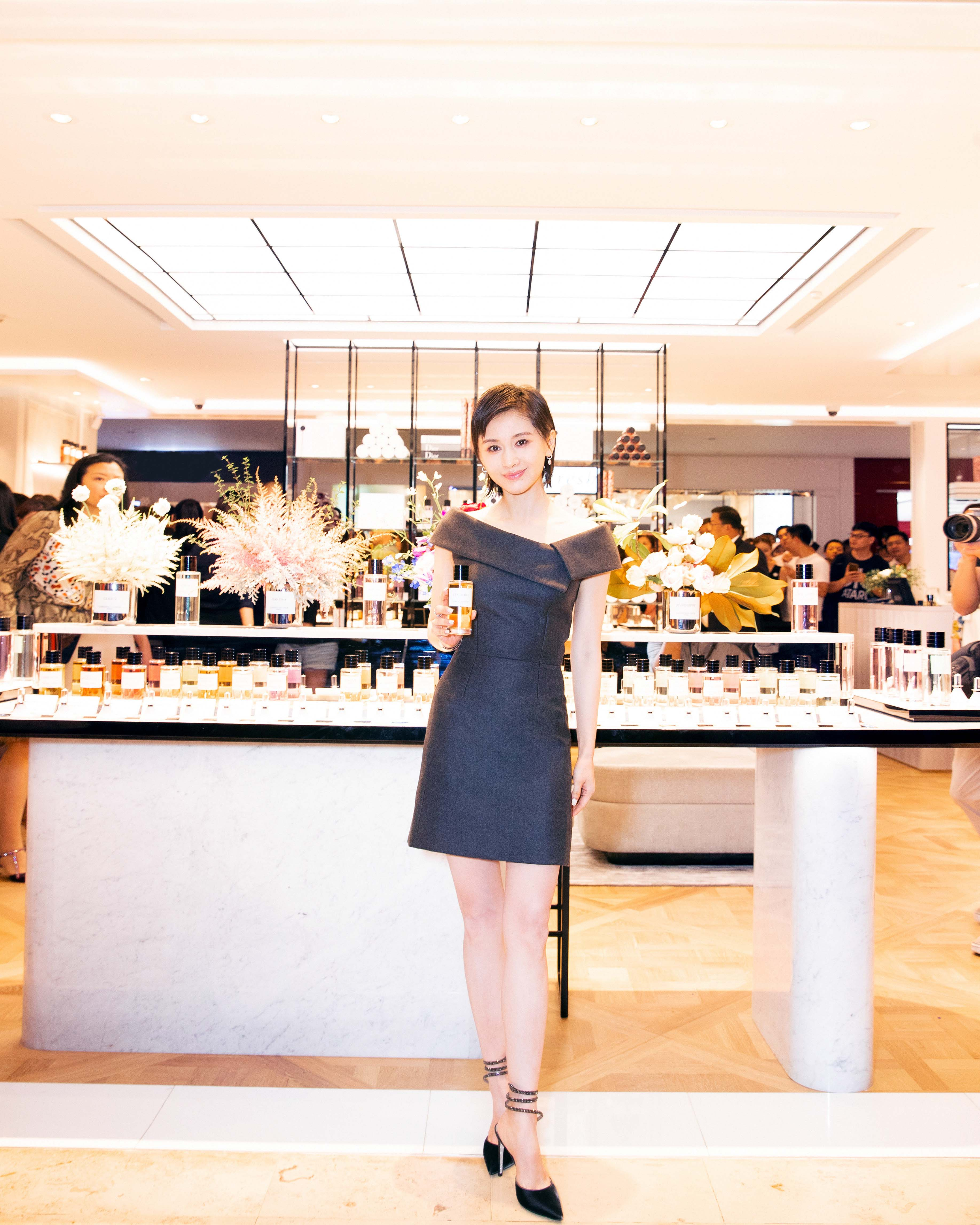 香氛大使王子文出席Dior迪奥活动 一袭黑裙优雅不失性感