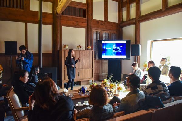 法国娇兰培训师为嘉宾讲解全新第四代御廷兰花系列的创新科技