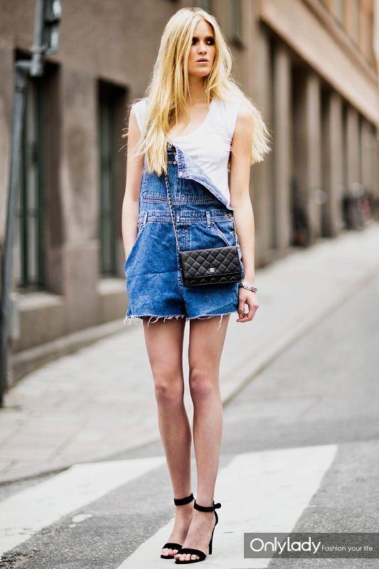 debardeur-blanc-salopette-short-bleue-sandales-a-talons-noires-original-9960