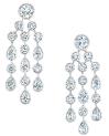 Celestia耳环  两颗圆形明亮式切割(各0.50克拉)主钻,圆形切割和水滴形切割钻石组合成水滴状