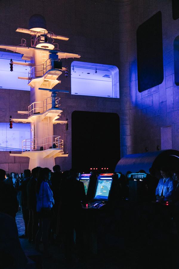 41. 这座如大教堂般雄伟的钢构空间,全部的舷窗都通往未来世界