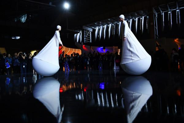 """27. 扮演""""不倒翁""""的舞者,在人力摇摆中找寻平衡,得以从不同的视角来探索宇宙,优雅展现于运动中的平衡之美 1"""