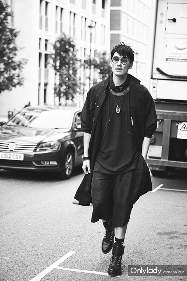 胡兵身着黑色系服装帅气现身伦敦街头