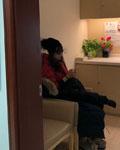 张静初拍新戏《冰峰暴》 意外受伤到医院就医