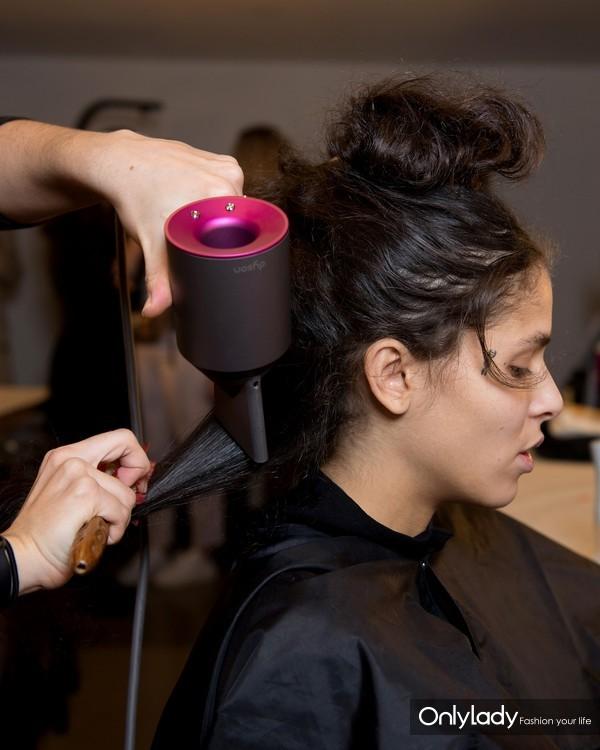 这让您能够在吹干头发的同时快速造型.图片