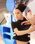 水原希子摩登芭比运动风现身武汉  汉剧纸扇遮面颠覆时尚