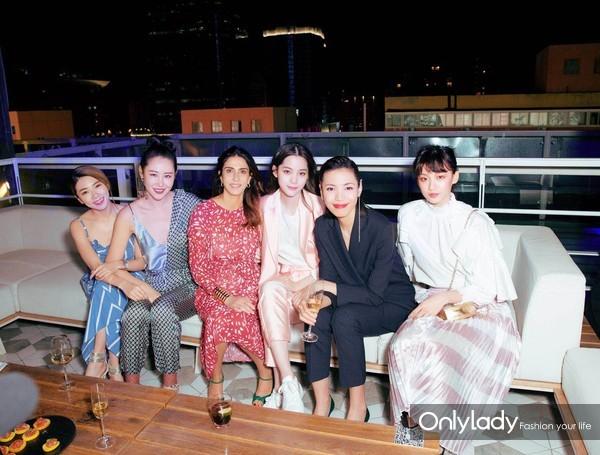 时尚博主Yvonne Ching(左一)、左岸潇(左二)、Maje品牌创办人兼艺术总监Judith Milgrom(左三)、欧阳娜娜(右三)、时尚达人Linda(右二)、IT Girl Angela Yuen(右一)