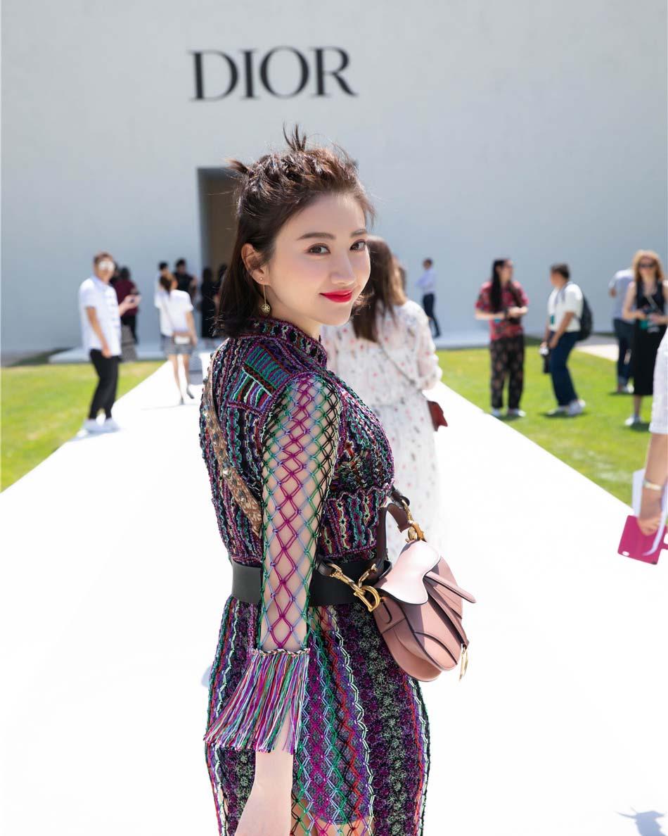 景甜出席Dior巴黎高订秀 精致造型诠释典雅魅力