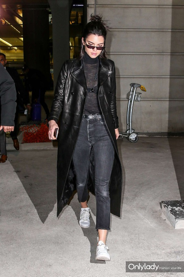 Kendall-Jenner-at-Charles-de-Gaulle-Airport--17