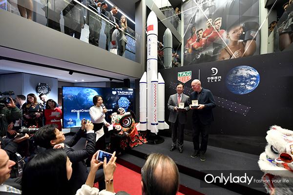 2.让-克劳德·比弗(Jean-Claude Biver)先生和许兴利先生现场展示泰格豪雅中国探月款特别腕表