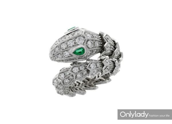 BVLGARI宝格丽Serpenti系列白金镶祖母绿钻石戒指 价格 309,000 SAP CODE 354697