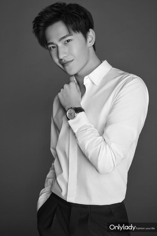 万宝龙品牌大使杨洋佩戴全新万宝龙明星系列自动计时码表