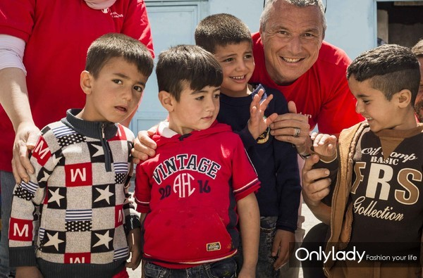 """宝格丽首席执行官Jean-Christophe Babin与""""救助儿童会""""幼儿园儿童"""