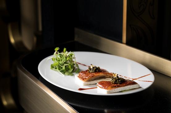 鱼子酱片皮鸭Crispy duck with Superior caviar, gold leaf pancake, baby cucumber_new