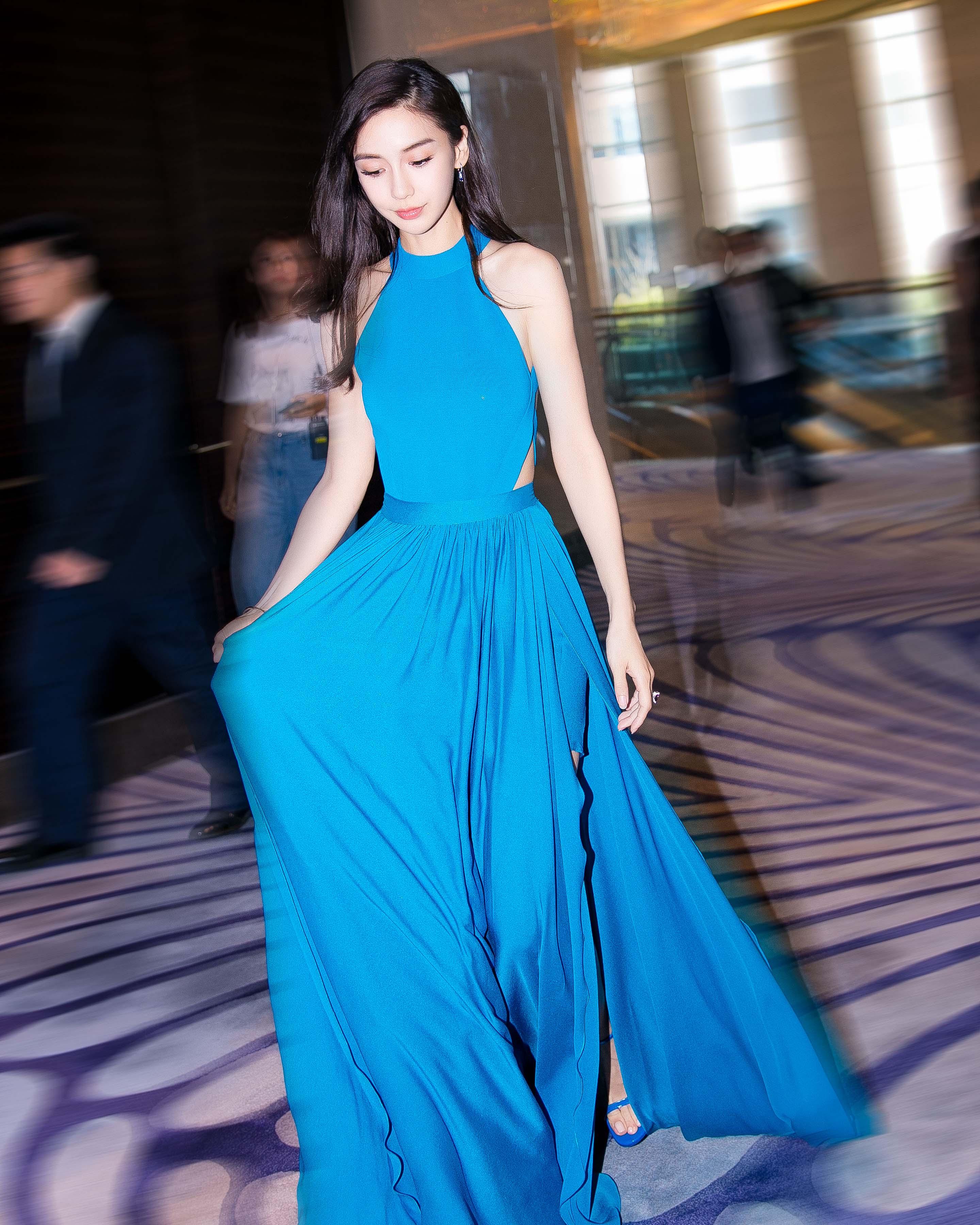 Angelababy蓝色露背长裙亮相 天鹅颈仙女背一览无余