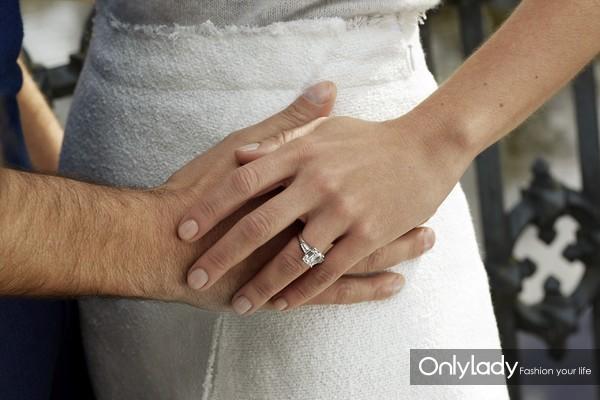 De Beers戴比尔斯Classic系列祖母绿形切割订婚戒指 佩戴图