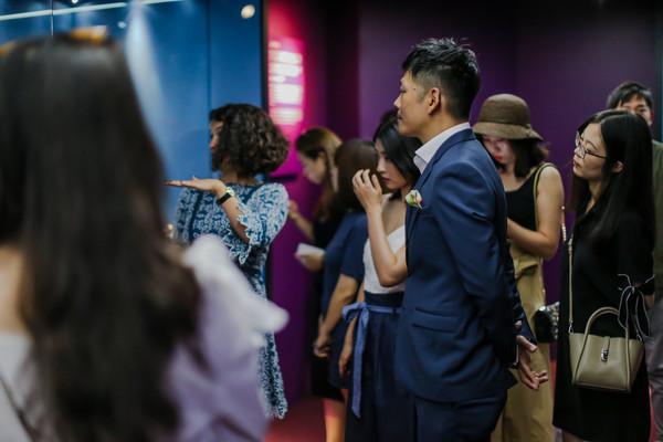 《鞋履:乐与苦展览》研究策展人Lucia Savi为三里屯太古里总经理余国安及嘉宾导览 1