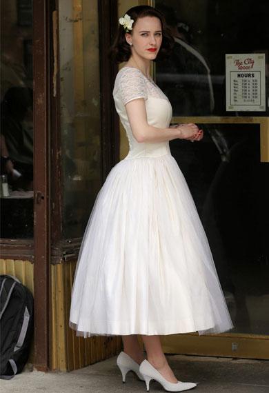蕾切尔-布罗斯纳罕白色婚纱礼服+白色高跟鞋优雅大方