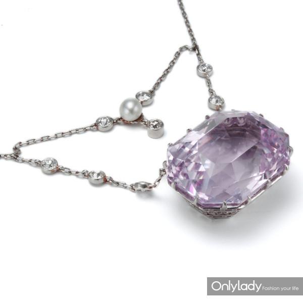 铂金镶嵌钻石、珍珠及紫锂辉石项链,来自蒂芙尼古董珍藏库