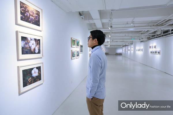 观众们沉浸在展览之中,细细体会棉的精神与价值