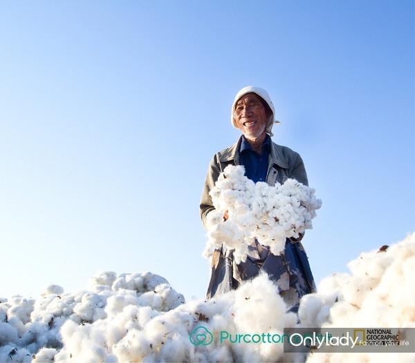 作品《丰收了》,摄影师记录下好收成的喜悦,大片洁白的棉絮,回馈棉农一年的辛劳付出,也为城里人带去温暖舒适的全棉产品
