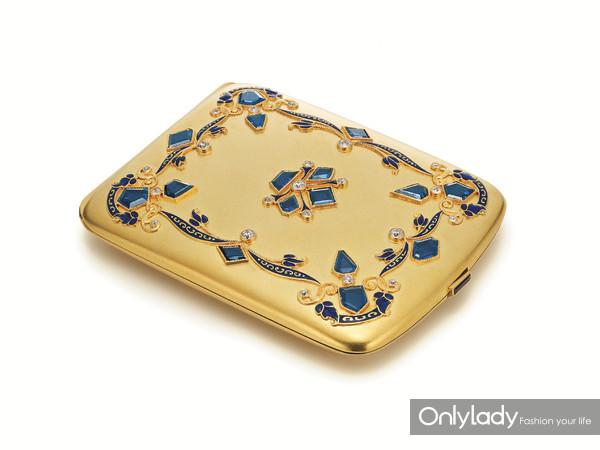 18K黄金镶嵌蓝宝石、紫水晶、珐琅及钻石香烟盒,来自蒂芙尼古董珍藏库