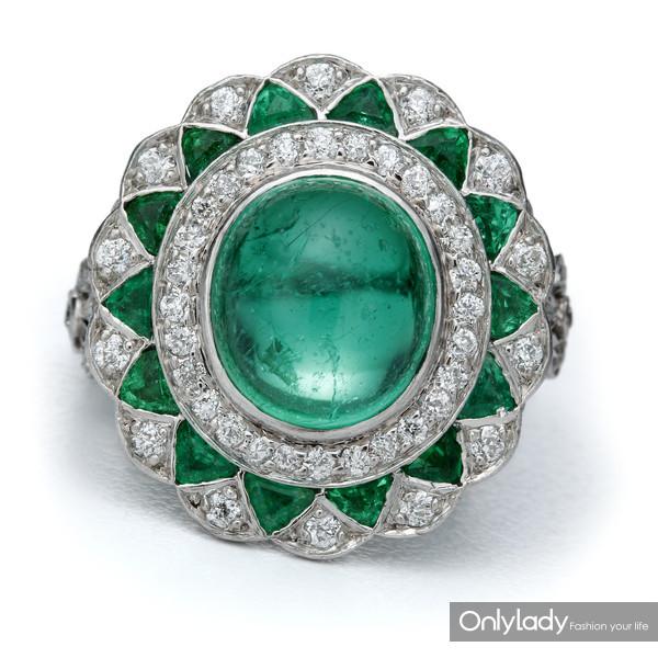 铂金镶嵌祖母绿及钻石戒指,来自蒂芙尼古董珍藏库1