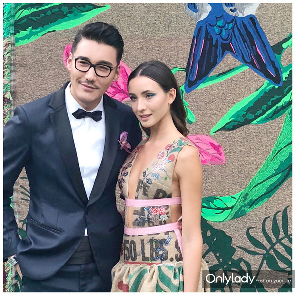 绿毯时尚盛典 胡兵与身着本届设计师冠军作品的模特合影