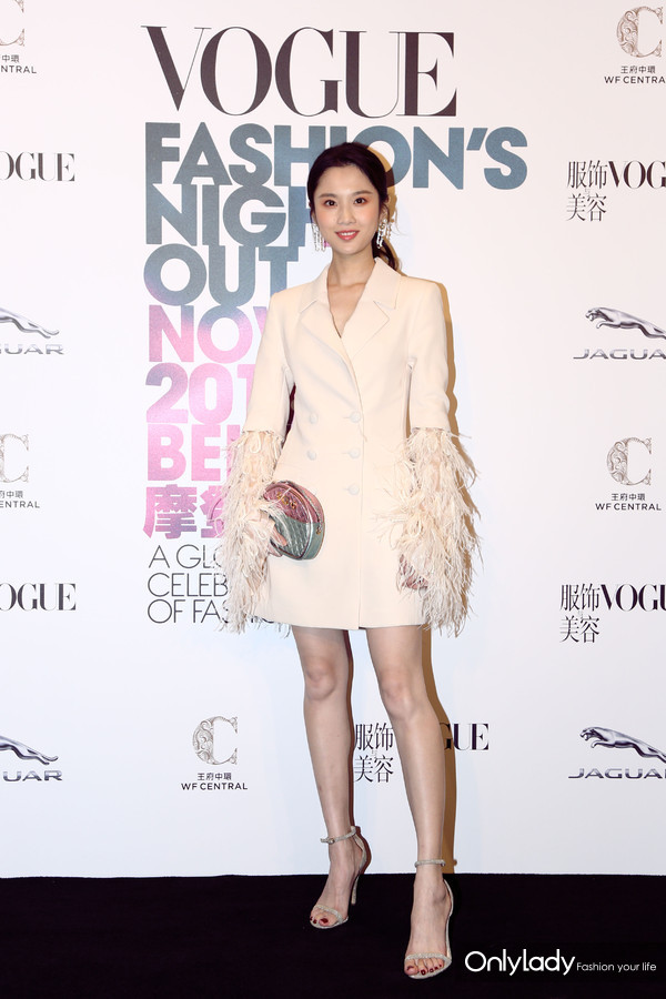 张慧雯身着浅色西服裙,出席2018 VOGUE FNO北京站开幕仪式