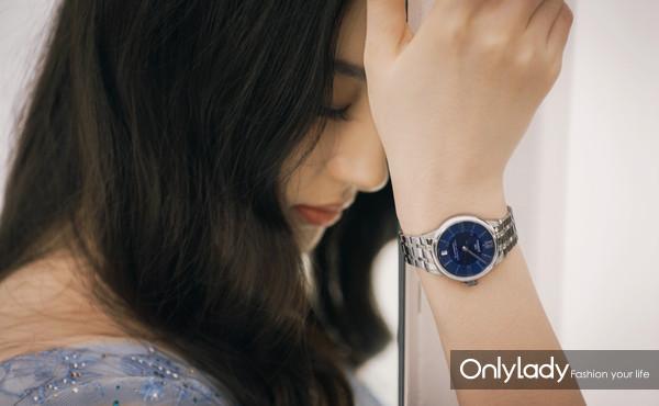 图2:天梭全球形象代言人刘亦菲在广告大片中佩戴杜鲁尔系列腕表