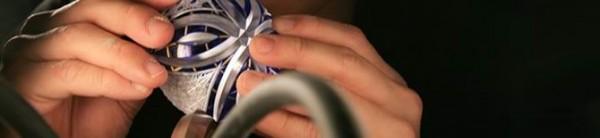 「切子」是在玻璃器皿表面进行切割打磨加工以形成漂亮花纹的工艺手法。