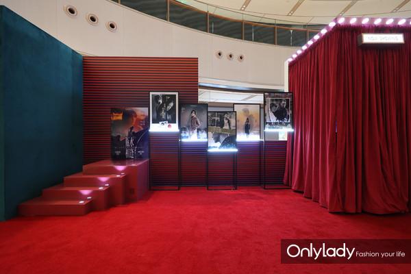 """此次Vogue以""""FNO微剧场""""为主题,在现场展示了多部高品质的时尚影像大片(1)"""