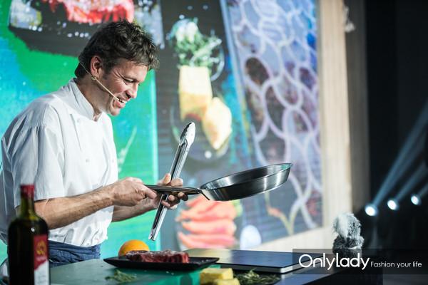 澳大利亚顶级大厨提姆·荷兰兹先生奉上精彩的现场厨艺秀