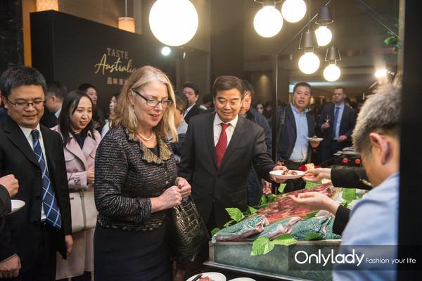 澳大利亚驻华大使安思捷阁下参观机构展位