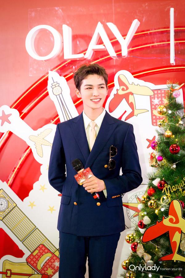 """OLAY圣诞专线""""机长""""朱正廷空降南京带来限量版圣诞好礼"""