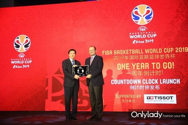图6:国际篮联秘书长Patrick Baumann先生向北京赛区组委会常务执行主席、北京市副市长张建东先生颁发赛事牌匾