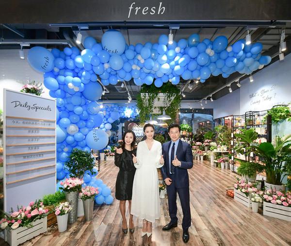 (从左至右)Fresh馥蕾诗中国区总经理Stella Ye女士、品牌代言人佟丽娅女士及路威酩轩集团大中华区总裁Andrew Wu先生一同为Fresh Beauty Kitchen快闪店开幕剪彩