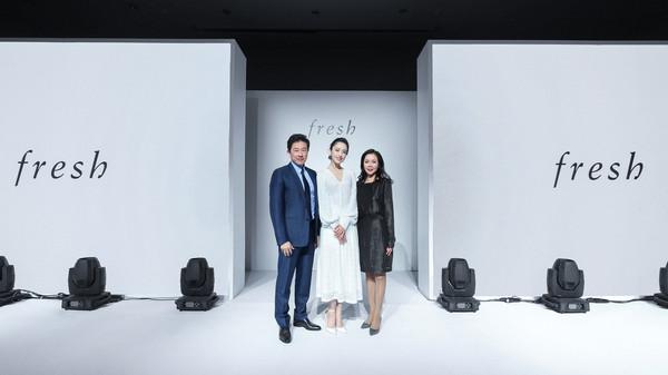 (从左至右)路威酩轩集团大中华区总裁Andrew Wu先生、品牌代言人佟丽娅女士及Fresh馥蕾诗中国区总经理Stella Ye女士共同庆祝Fresh馥蕾诗在2019年的全新启程