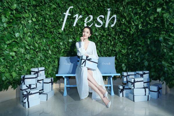 "Fresh馥蕾诗品牌代言人佟丽娅女士现身发布会现场,亲身体验Fresh全新红茶""紧身衣""眼精华带来的明亮紧致(1)"