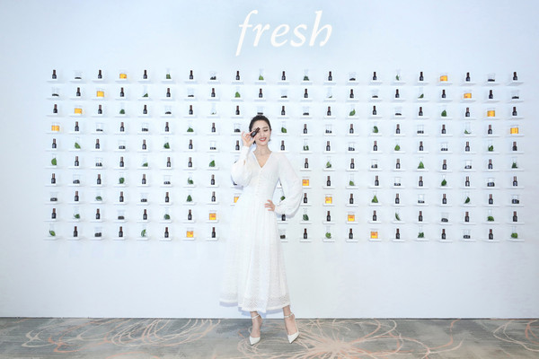 "Fresh馥蕾诗品牌代言人佟丽娅女士现身发布会现场,亲身体验Fresh全新红茶""紧身衣""眼精华带来的明亮紧致(2)"