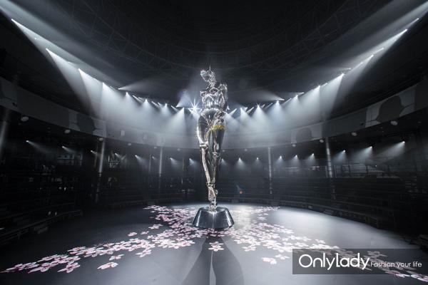 Dior男装秀上出现了巨型女机器人?竟然还有这样一层含