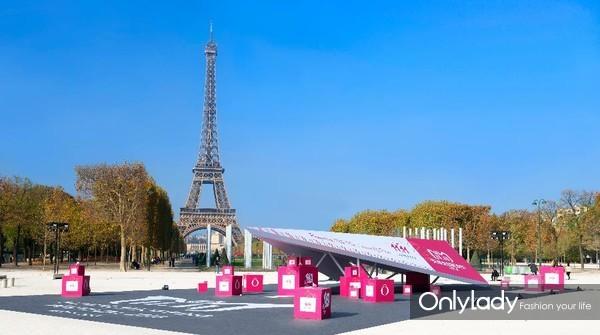 兰蔻纸飞机惊艳空降巴黎埃菲尔铁塔