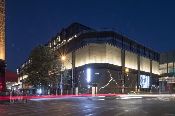 GIADA北京王府中環全新大中华区旗舰店,由世界极简主义建筑之父Claudio Silverstrin亲手打造,他以革新的建筑语汇服务人类共同的愿景理念,将崇高典雅、雄浑厚重的罗马史诗风格融入极简空间。