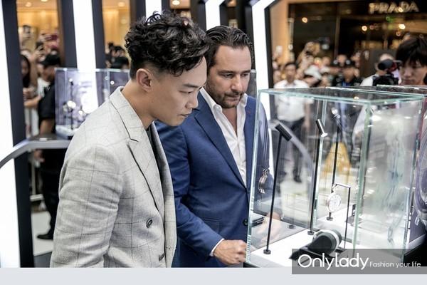 陈奕迅先生与Julien Tornare 先生参观真力时古董腕表巡展腕表(2)
