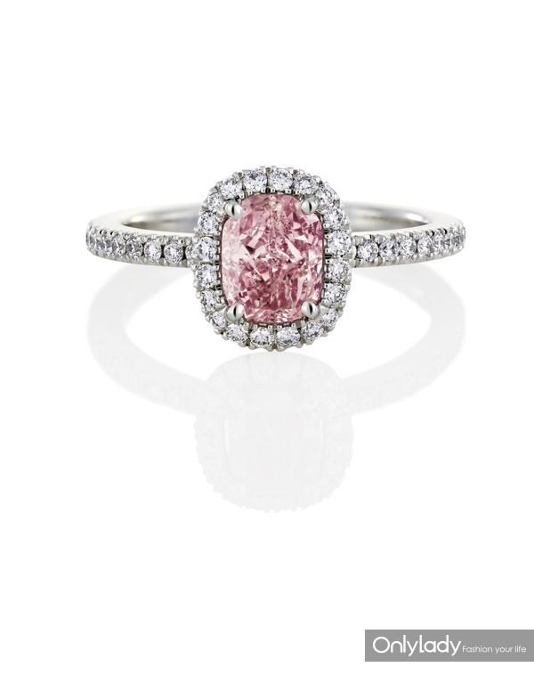 De Beers戴比尔斯Aura枕形粉钻戒指搭配密镶白钻
