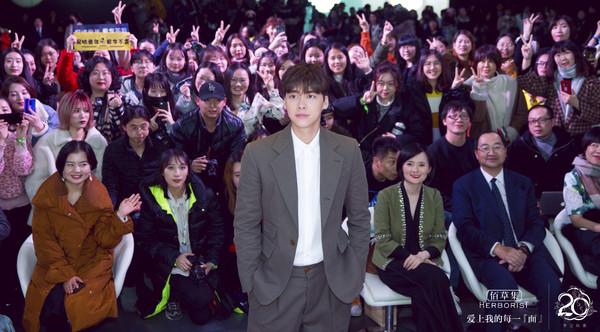 李易峰与现场领导及粉丝合影