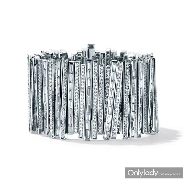 铂金镶嵌稀有中彩灰蓝钻石及稀有中彩灰色钻石冰川造型手镯,来自Tiffany-&-Co