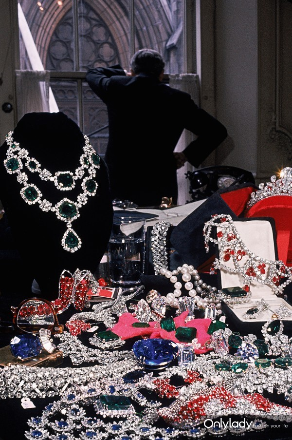 1950 年初,根据《生活杂志》估计,海瑞·温斯顿先生拥有全球第二大规模的知名珠宝收藏,仅次于英国王室。