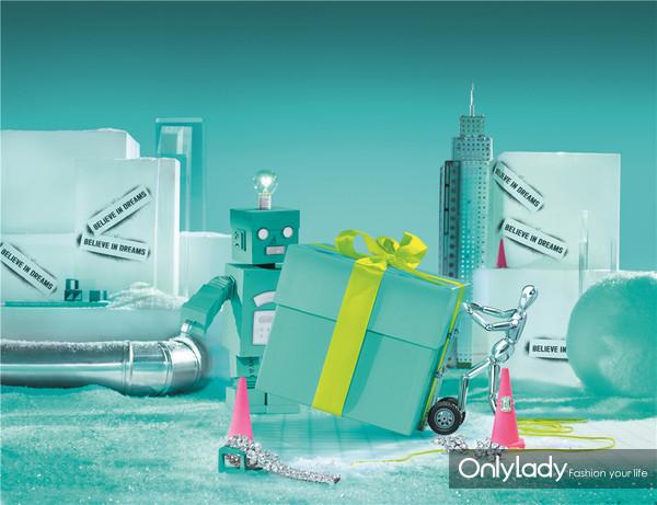 蒂芙尼节日主人公机器人CL-T(蒂芙尼创始人Charles Lewis Tiffany的化身)与银色人偶呈现璀璨的蒂芙尼礼物